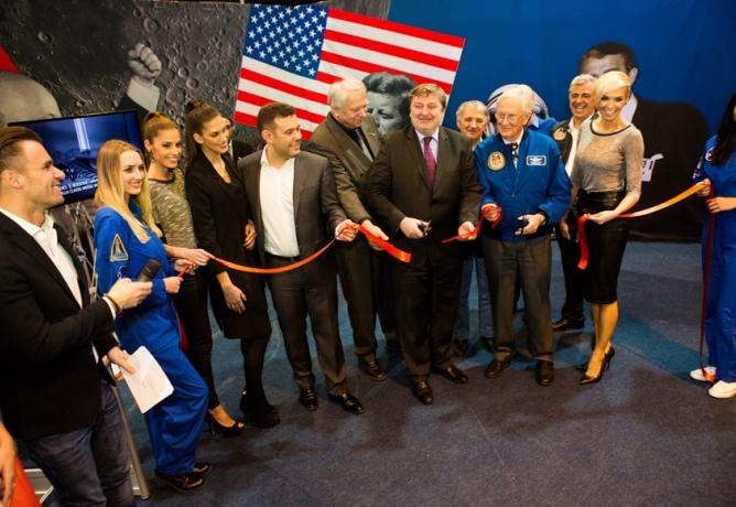 Náměstek ministra dopravy Feranec zahájil výstavu Gateway to Space