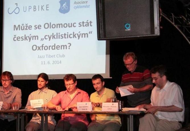 Milovníci cyklistiky grilovali olomoucké politiky